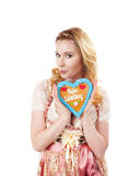 Femme bavaroise avec le dirndl et le gingembre multipliés Photo libre de droits