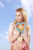 Femme bavaroise avec le dirndl et le gingembre multipliés Image stock