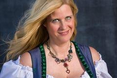 Femme bavaroise dans l'habillement traditionnel, Oktoberfest - série 1/21 Photographie stock libre de droits