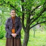 Femme beaux 80 supérieure an plus posant pour un portrait dans son jardin Images stock