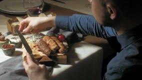 Femme belle d'homme mangeant et buvant dans le temps de restaurant, de déjeuner ou de dîner clips vidéos