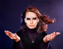 Femme belle et de mystère en brouillard. Photos libres de droits