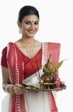 Femme bengali tenant un thali de puja photos libres de droits