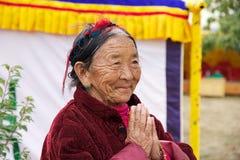 Femme bhoutanaise chez le Chorten commémoratif, Thimphou, Bhutan Photos stock