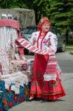 Femme biélorusse dans un costume avec une serviette none emballé à disposition Image libre de droits