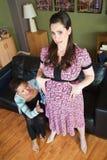Femme bien disposée avec Madame enceinte Image libre de droits