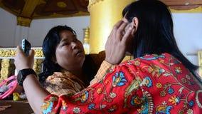 Femme birmanne employant le maquillage de thanaka pour les femmes thaïlandaises de voyageur clips vidéos
