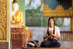 Femme birmanne priant Bouddha image stock