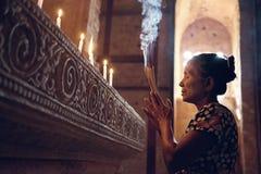 Femme birmanne priant dans le temple photo stock