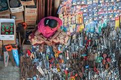 Femme birmanne vendant des outils photos stock