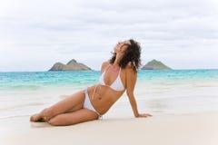 femme blanc d'Hawaï de bikini de plage Image stock