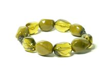 femme blanc d'isolement par vert de bracelet Image stock