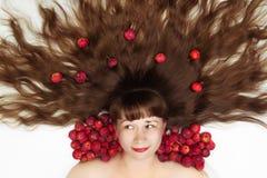 Femme blanche avec de longs cheveux et pommes Photographie stock libre de droits