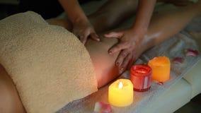 Femme blanche ayant un grand massage arrière au centre de station thermale de beauté clips vidéos
