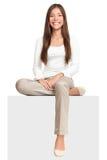Femme blanche de signe s'asseyant sur le panneau-réclame Image stock