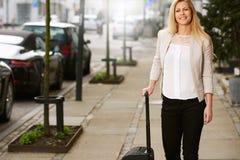 Femme blanche professionnelle posant avec la valise images stock