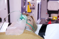 Femme blessé avec le masque à oxygène Photos stock