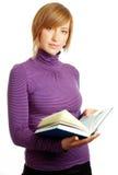 Femme blond attirant affichant un livre photographie stock libre de droits