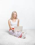 Femme blond avec l'ordinateur portatif Photographie stock