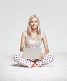 Femme blond avec l'ordinateur portatif Photo libre de droits