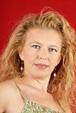 Femme blond avec la boisson rouge Photographie stock libre de droits
