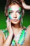 Femme blond avec le renivellement coloré Photos stock