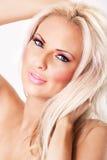 Femme blond avec le renivellement rose et les grandes languettes photos libres de droits