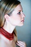 Femme blond avec les programmes rouges Photos libres de droits
