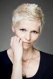 Femme blond avec les verres de contact bleus Photographie stock libre de droits