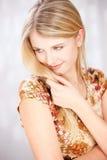 Femme blond avec peu de sourire images libres de droits