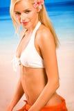 Femme blond bronzé dans le bikini Photos stock