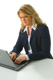 Femme blond d'affaires travaillant sur l'ordinateur photographie stock libre de droits