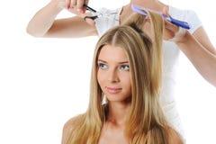 Femme blond d'updo de styliste jeune Image libre de droits