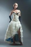 Femme blond dans la robe blanche Photo stock