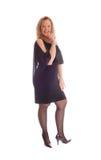 Femme blond dans la robe noire photographie stock