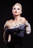 Femme blond dans la robe noire Photographie stock libre de droits