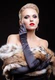 Femme blond dans la robe noire Image libre de droits