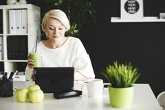 Femme blond dans le bureau Photographie stock libre de droits