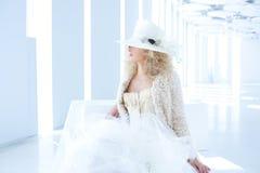 Femme blond de mode avec le corset de XVIIIème siècle Photographie stock libre de droits