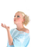 Femme blond donnant un baiser de main Image stock