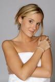 Femme blond en essuie-main blanc image libre de droits