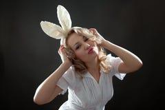 Femme blond envoyant un baiser Photographie stock libre de droits