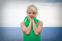 Femme blond par la mer Photographie stock libre de droits