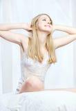 Femme blond se réveillant le matin Photo stock