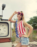Femme blond sur la station service endommagée Images libres de droits