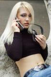 Femme blond sur le portable Image stock