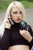 Femme blond sur le portable Images stock