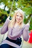 Femme blond sur une oscillation photos stock