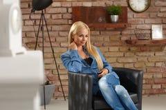 Femme blonde à la maison Photos libres de droits