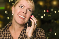 Femme blonde à son téléphone portable dans les lumières de ville Images stock
